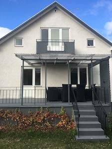 Haus mit überdachter Terrasse