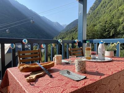 Grande terrasse avec belle vue sur la montagne et le village