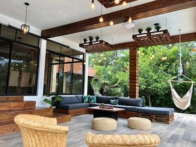 Amplia terraza con sistema de sonido y pantalla gigante para cine y karaoke