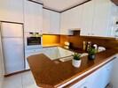 Cuisine ouverte entièrement équipée (réfrigérateur, lave-vaisselle, four)