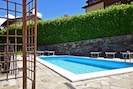 The sharing pool and the equipped terrace around with bersò
