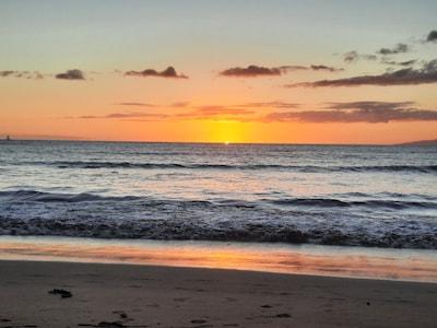 Enjoy sunsets each night. 1/2 block to Sugar Beach.