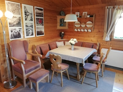 Unser schönes Wohn-/Esszimmer im kanadischen Blockhausstil eingerichtet