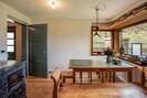 Küche mit Stube im Parterre, Essbereich mit Eckfenster und Specksteinofen