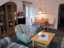 Ferienwohnung 2 mit separater Küche und Wohnraumbelüftung-Wohnzimmer Essplatz