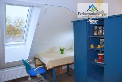 Einzelzimmer 2 – voll möbliert mit Einzelbett und Singleküche.