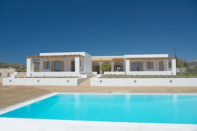 Villa Levanda, steps from the sea with a private pool and expansive grounds