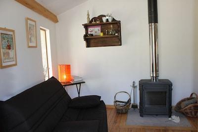 Coin salon avec canapé BZ et poêle à bois