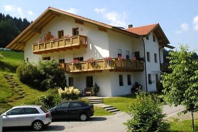 Apartmenthaus Fürstenzeche (Lam)-Haus von ost