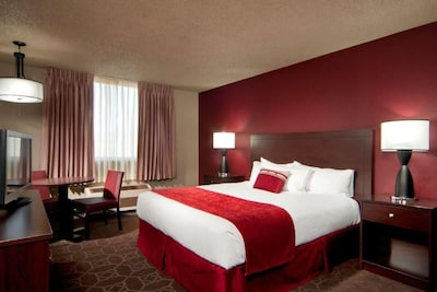 King size bed, large and oh so cozy!