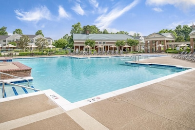 Large swimming pool, bring the kids and jump right in!