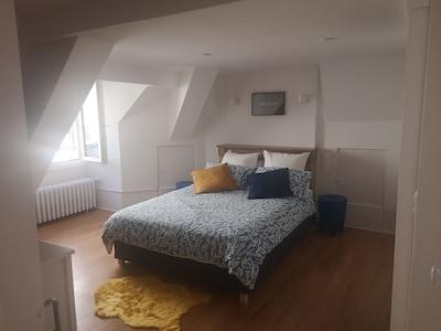 Grande chambre avec Lit 140x200, 3 types de coussins dont memoir de forme