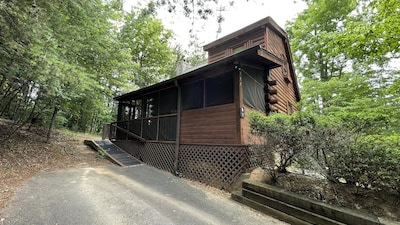 Beautiful Cabin, 2 car drive, surrounded i woods.