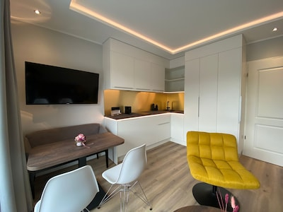 Wohn- / Essbereich mit komplett ausgestatteter Küche