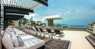 Breathtaking rooftop pool/spa with infinity edge view of the ocean and city