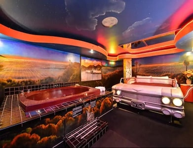 1 King Bed Theme 1 Jetted Tub Non-Smoking(Theme 1 - Jungle, Cave, or 50s Theme) image 2