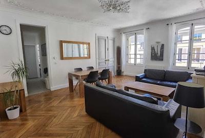 Le salon avec son mobilier / parquet en chêne massif et ses canapés en cuir
