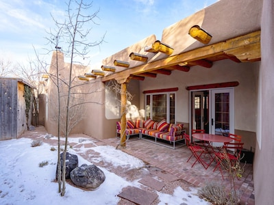 Beautiful In All Seasons – With its adobe construction, handsome beams inside and out, and lovely enclosed backyard with patio, Casa Sin Nombre is the ideal place to spend your Santa Fe vacation.