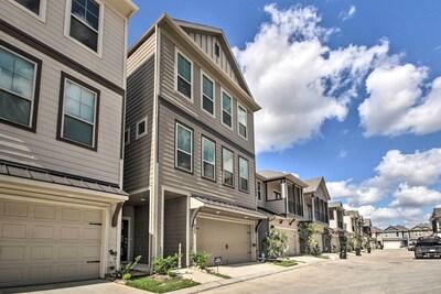 Houston Vacation Rental   5BR   3.5BA   2,800 Sq Ft   2nd Floor via Stairs